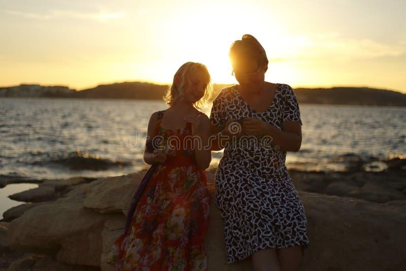 Mère et fille au soleil photographie stock libre de droits