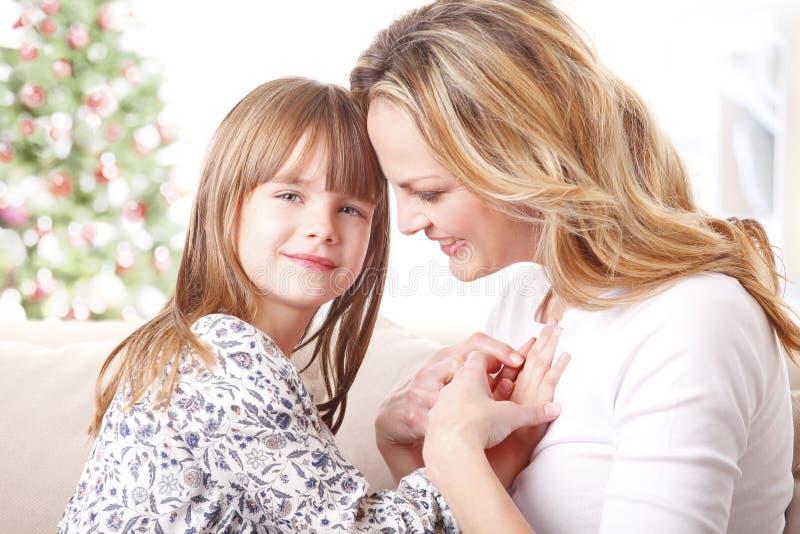 Mère et fille au temps de Noël image libre de droits