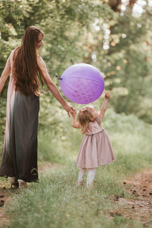 Mère et fille avec des ballons E image stock