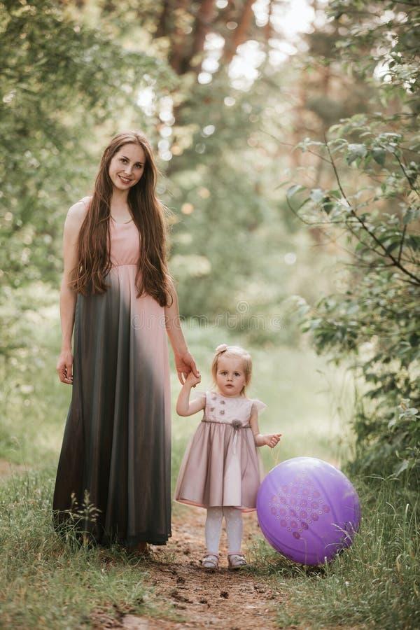 Mère et fille avec des ballons E photographie stock