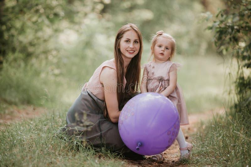 Mère et fille avec des ballons E photographie stock libre de droits