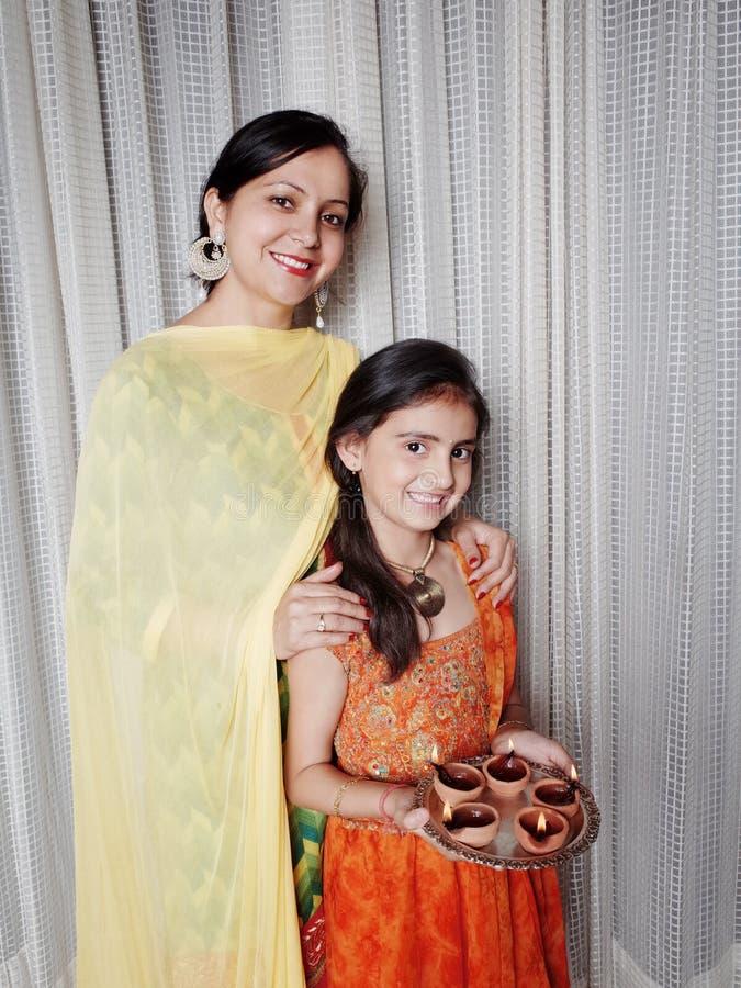 Mère et fille avec Diyas lumineux sur Diwali photos stock