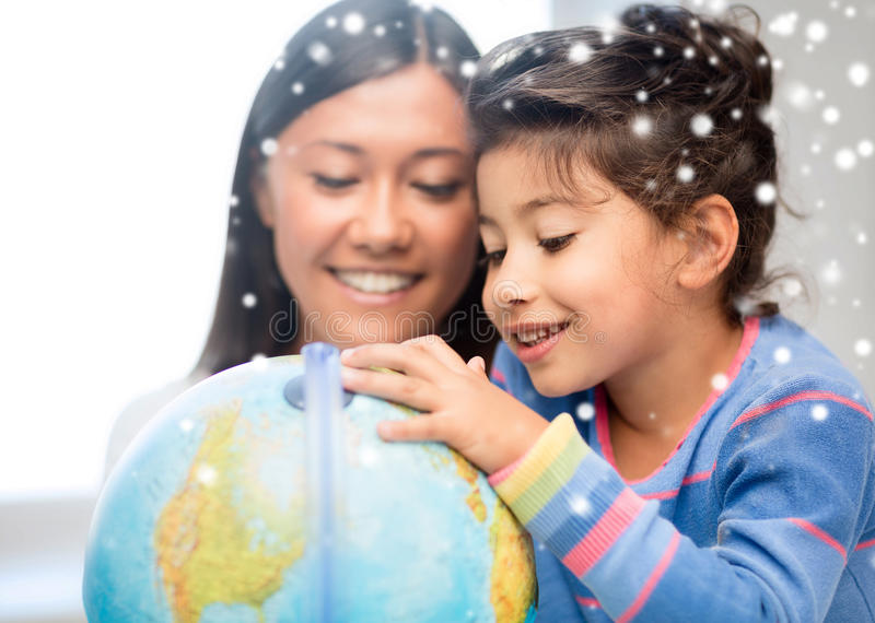Mère et fille avec le globe photo libre de droits