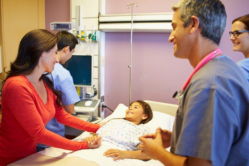 Mère et fille avec le personnel médical dans la chambre d'hôpital photo libre de droits