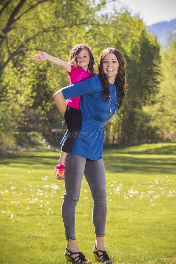 Mère et fille ayant l'amusement ensemble dehors photo libre de droits