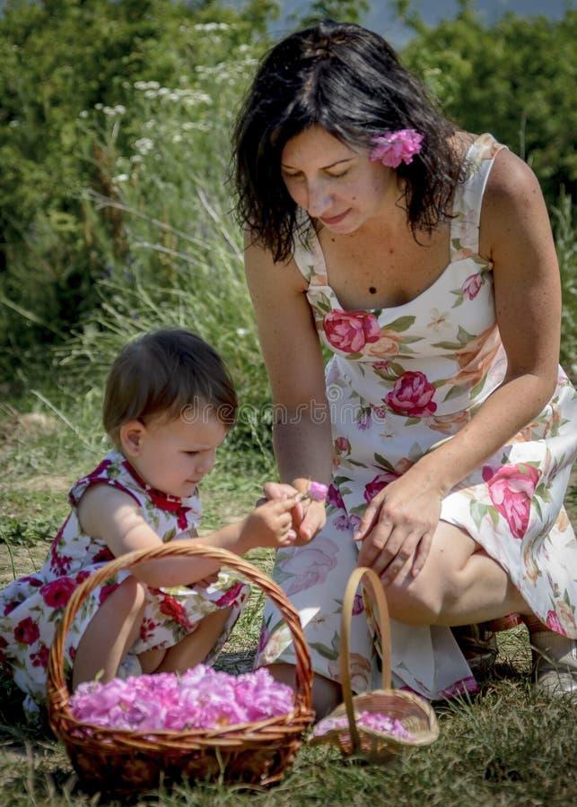 Mère et fille chez le Kazanlak Rose Oil Festival Bulgaria image libre de droits