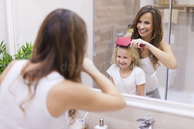 Mère et fille dans la salle de bains images stock