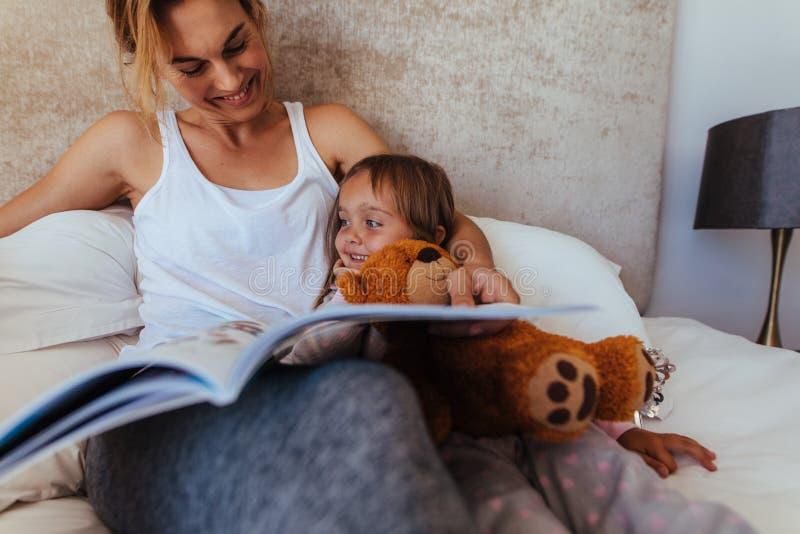 Mère et fille dans le lit photo stock