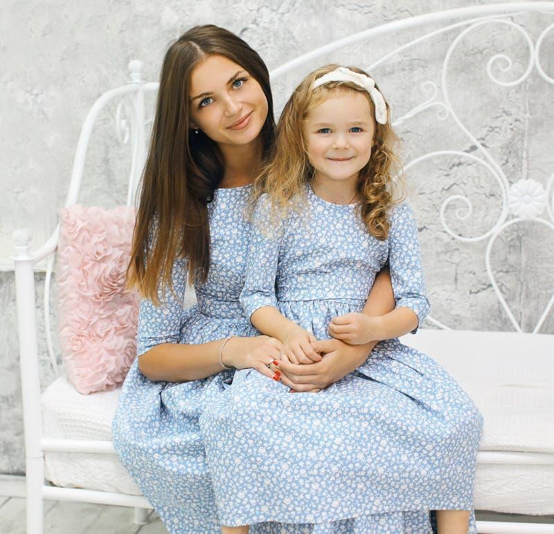 Mère et fille de beauté dedans photo libre de droits