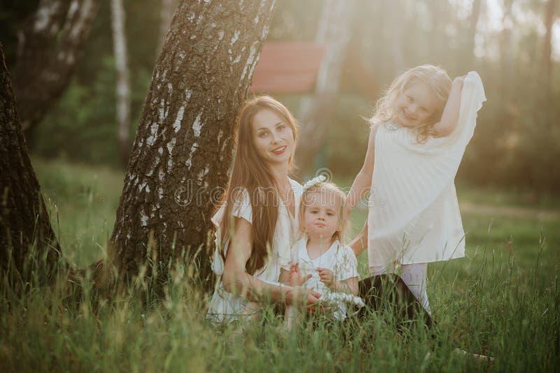 Mère et fille deux heureuses en parc Sc?ne de nature de beaut? avec le mode de vie ext?rieur de famille Famille ensemble photographie stock