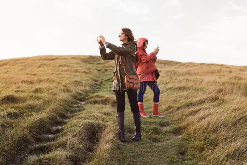 Mère et fille en nature photographie stock libre de droits