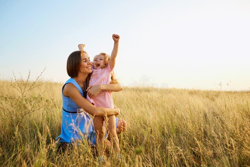 Mère et fille en nature au coucher du soleil image libre de droits