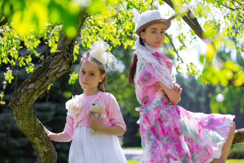 Mère et fille en parc d'été photographie stock libre de droits