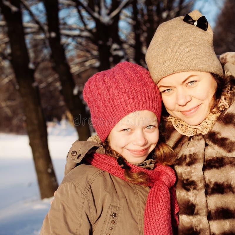Mère et fille en Sunny Winter Day image libre de droits
