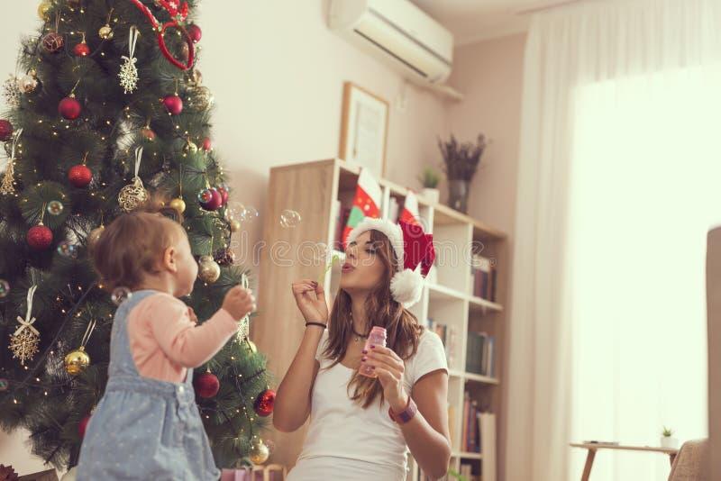 Mère et fille faisant des bulles de savon image libre de droits