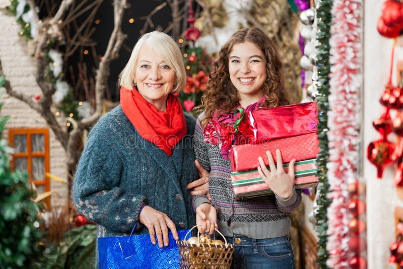 Mère et fille heureuses avec des cadeaux de Noël images stock