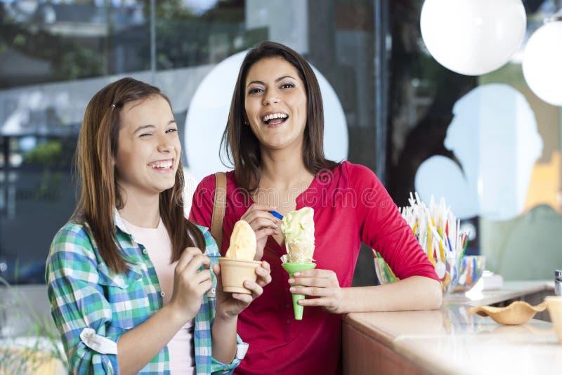Mère et fille heureuses avec des glaces à la vanille image stock