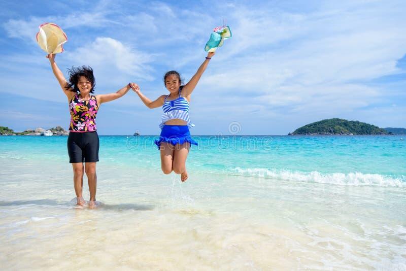 Mère et fille heureuses sur la plage image stock