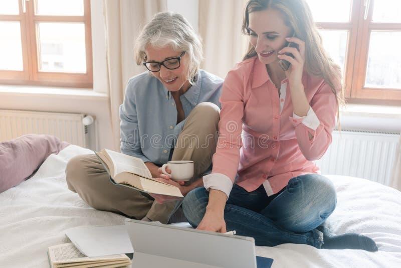 Mère et fille menant l'affaire de famille à partir de la maison images stock