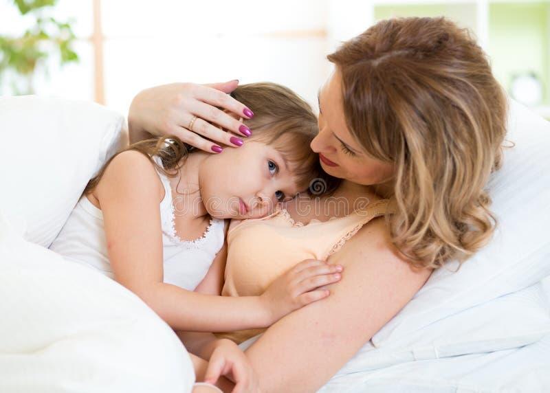 Mère et fille mignonnes à la maison photographie stock
