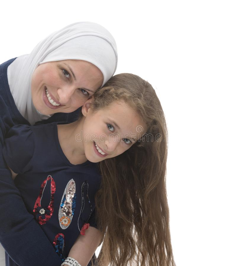 Mère et fille musulmanes heureuses photo stock