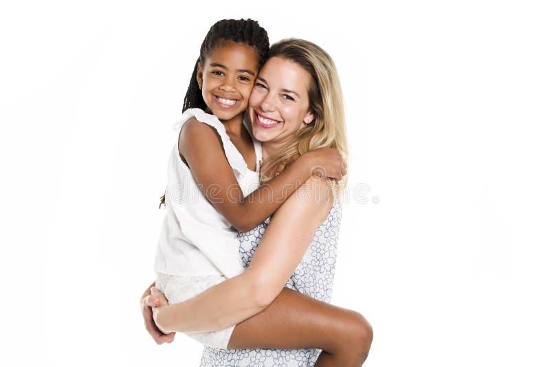 Mère et fille noire, d'isolement sur le blanc photo stock