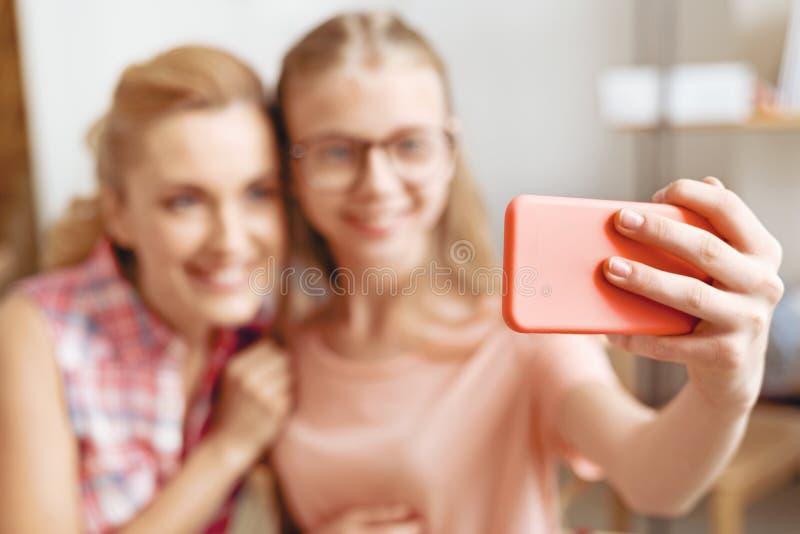 Mère et fille prenant des selfies photos stock