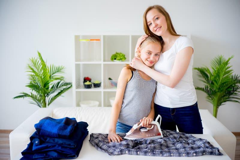 Mère et fille repassant ensemble photographie stock