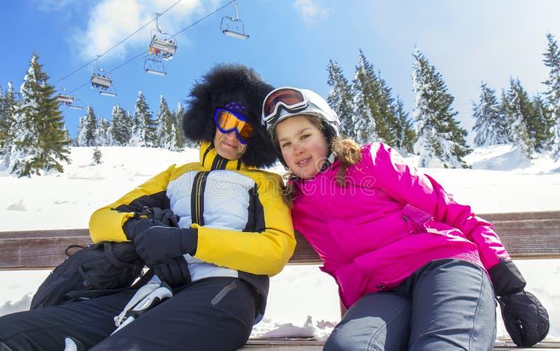 Mère et fille sur le ski photos stock