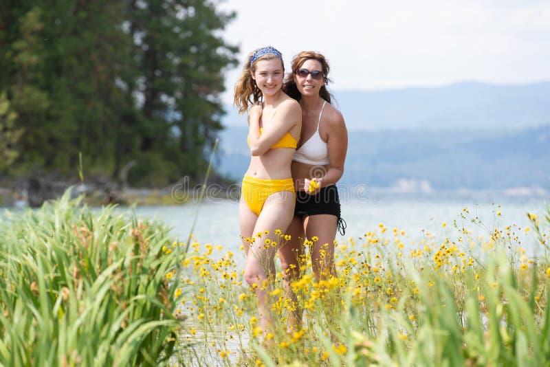 Mère et fille sur un lac photo libre de droits