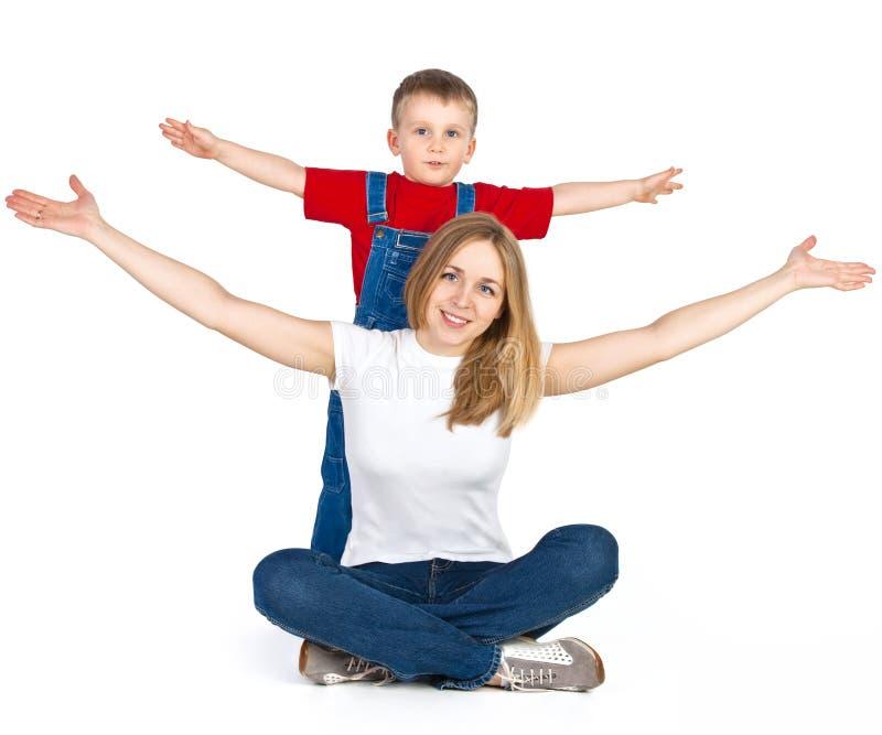 Mère et fils étendant leurs bras images stock
