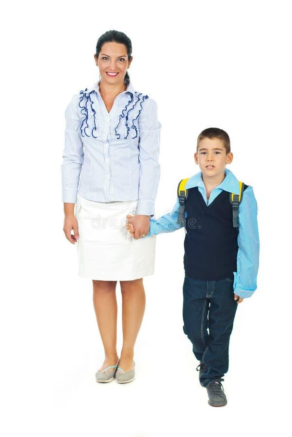Mère et fils allant à l'école photo stock