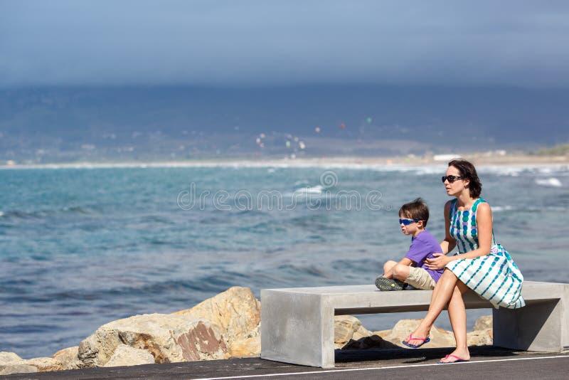 Mère et fils appréciant la belle vue d'océan image stock