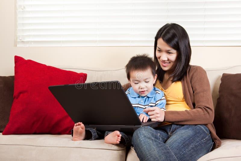 Mère et fils avec l'ordinateur portatif images stock