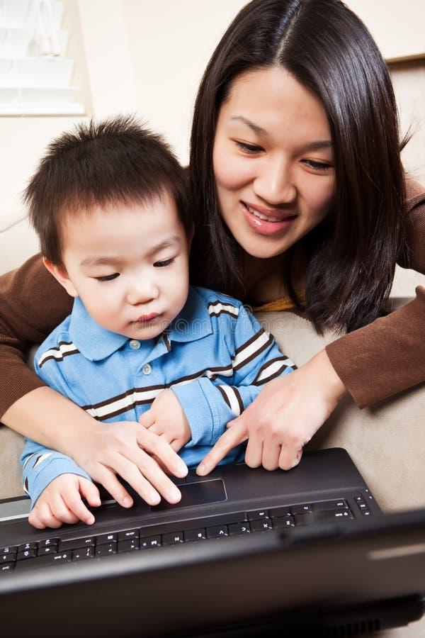 Mère et fils avec l'ordinateur portatif photos libres de droits