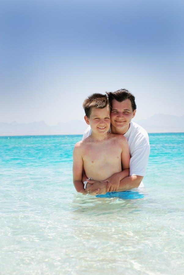 Mère et fils dans l'eau images stock
