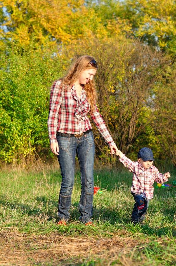 Mère et fils dans la forêt d'automne photo stock
