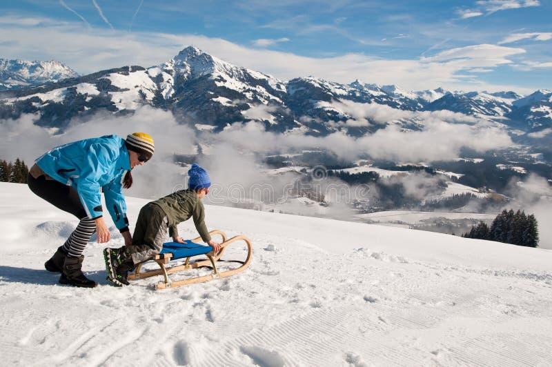Mère et fils dans la neige d'hiver photos libres de droits