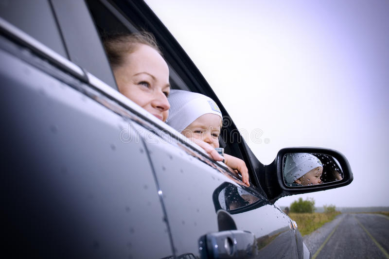 Mère et fils dans un véhicule photo libre de droits