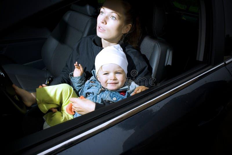 Mère et fils dans un véhicule images stock