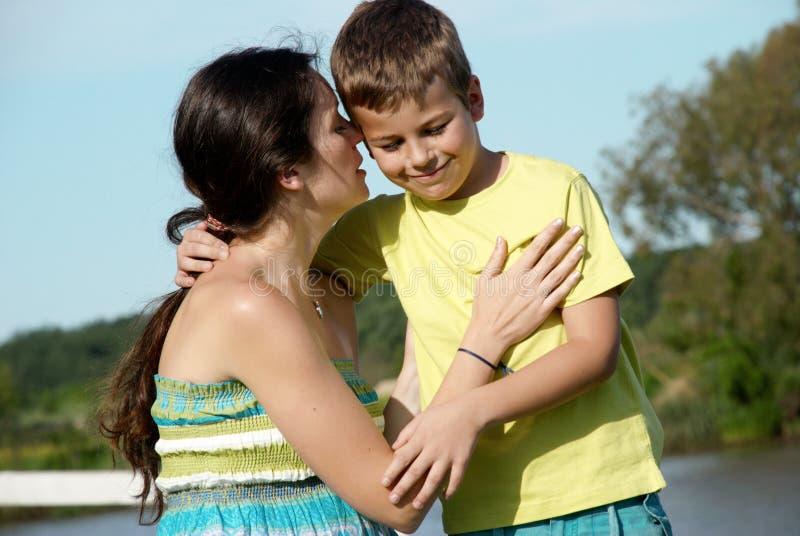 Mère et fils en nature photographie stock libre de droits