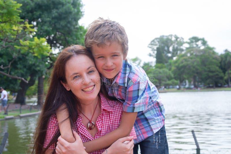 Mère et fils en parc photos libres de droits