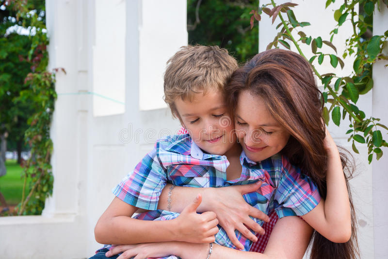 Mère et fils en parc photographie stock libre de droits