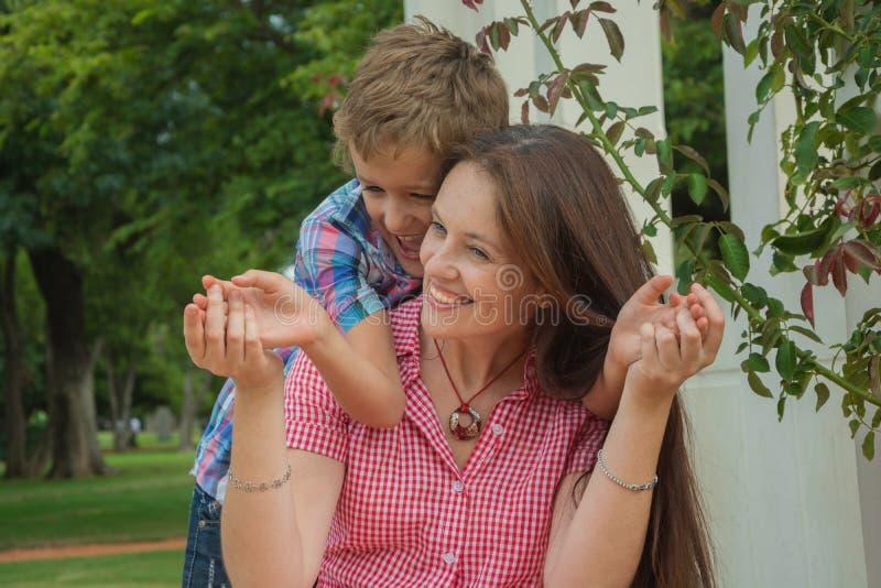 Mère et fils en parc photos stock