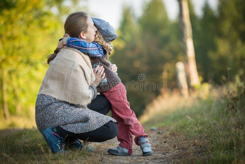 Mère et fils ensemble dans la forêt photo libre de droits