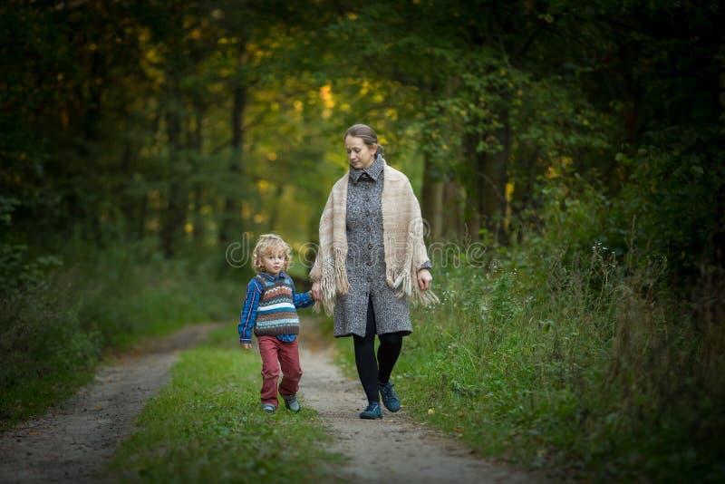 Mère et fils ensemble dans la forêt photographie stock