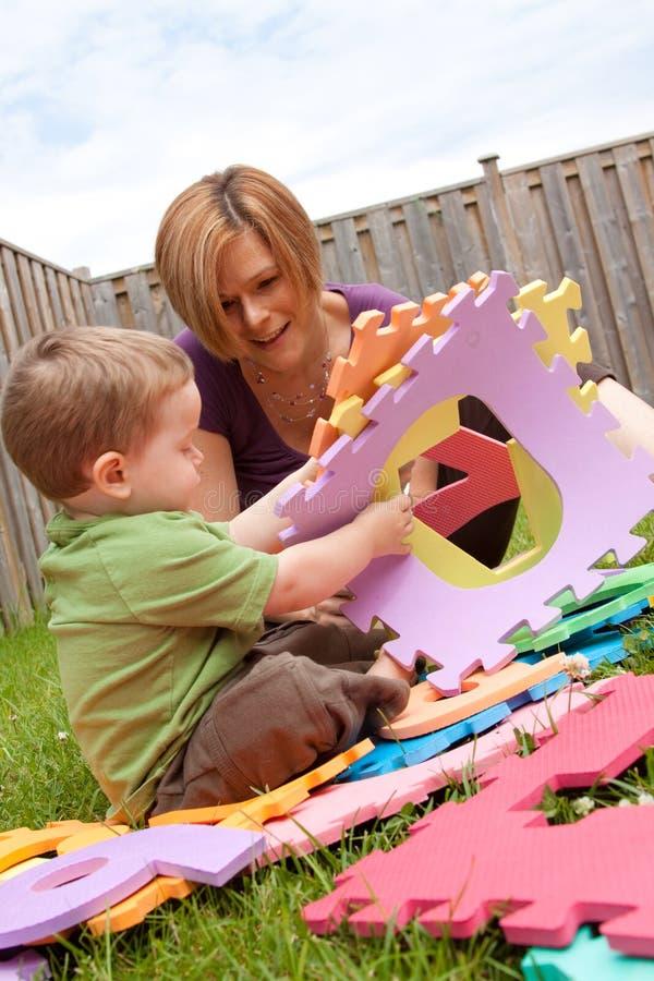 Mère et fils jouant à l'extérieur photographie stock libre de droits