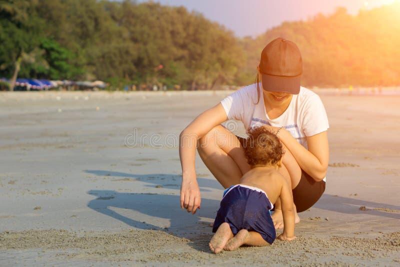 Mère et fils jouant sur la plage photographie stock