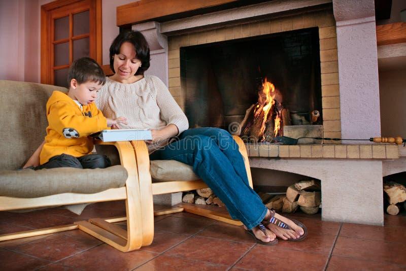 Mère et fils jouant sur la tablette numérique photo stock