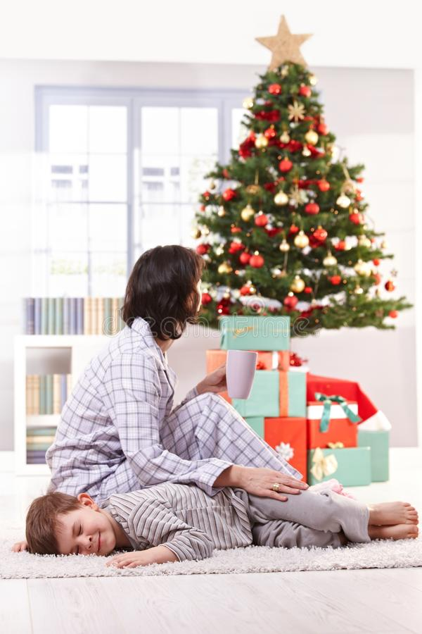 Mère et fils le matin de Noël image stock